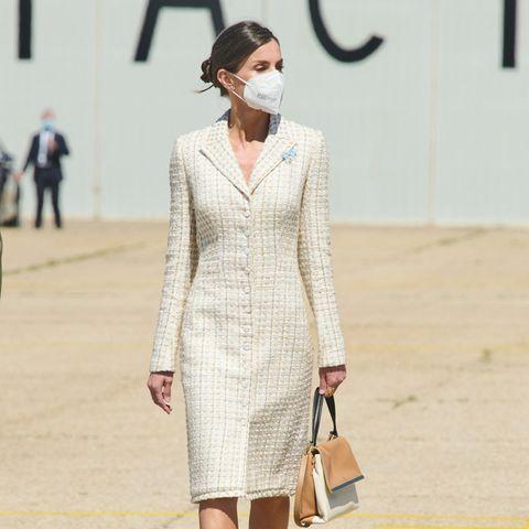 Königin Letizia besucht die Luftfahrtakademie in Madrid. Hierbei setzt die spanische Königin auf altbewährte Lieblinge: ein Mantelkleid von Verla kombiniert mit Schuhen von Magrit. Bei ihrer Handtasche handelt es sich um ein Modell von Carolina Herrera. Ein Label, das nicht nur bei den spanischen Royals angesagt ist - auch Herzogin Meghan zeigte sich am gleichen Wochenende in einem roten Blumenkleid des amerikanischen Labels.