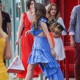 In einem hellblauen Vokuhila-Kleid mit sexy Cut-Outs am Rücken und Taille spaziert Lily Collins am Set der Seriein Südfrankreich entlang. Sandalen mit XXL-Absatz und einestylischeSonnenbrille runden den Film-Look ab. Eins steht fest: DieFashion-Messlatteliegt also auch bei der zweiten Staffel extrem hoch.