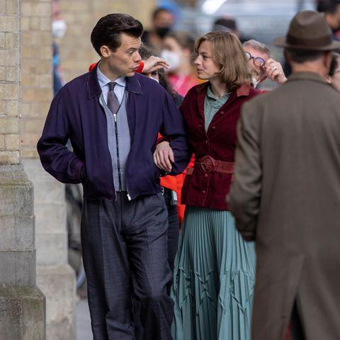 """Er hat zwar nicht die Rolledes Prinz Eric in """"Arielle"""" bekommen, aber das heißt nicht, dass wir Harry Stylesin Zukunft nicht trotzdem auf der Leinwand sehen werden.Der Sänger und die Schauspielerin Emma Corrin, bekannt aus """"The Crown"""", zeigen sich gemeinsam für Dreharbeitendes Films """"My Policeman"""". Der Film spielt in den 50er Jahren und basiert auf dem gleichnamigen Roman von Bethan Roberts, der im Jahr 2012 veröffentlicht wurde."""