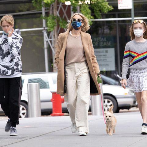 9. Mai 2021  Ganz schön lässig schlendert Naomi Watts mit ihren beiden Kindern und Hündchen durch die Straßen New Yorks. Die Schauspielerin freut sich ganz bestimmtdarüber, den Muttertag mit ihren Liebsten verbringen zu können.