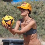 Dieser Body kommt nicht von ungefähr: Statt sich am Strand in Los Angeles nur auszuruhen und die Sonne auf den Bauch scheinen zu lassen, ist Alessandra Ambrosio lieber aktiv und zeigt, wie man einen Volleyball richtig schmettert. Ihrem Liebsten Richard Lee wird es gefallen haben, der war nämlich mit von der Partie.