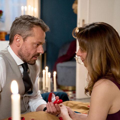"""""""Sturm der Liebe"""": Wird Ariane (Viola Wedekind, r.) den Heiratsantrag von Erik (Sven Waasner, l.) annehmen?"""