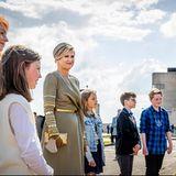 10. Mai 2021  Bei der Feier zu neuen und bestehenden Vereinbarungen für strukturelle Musikerziehung an Grundschulen in den Niederlanden wird Königin Máxima bei Sonnenschein von Schüler:innendurch dasStädtchenRadio Kootwijk geführt.