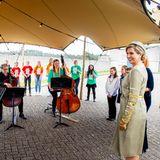 Königin Máxima freut sich sehr über das kleine Privatkonzert, welches die Schüler:innenextra für ihren Empfang einstudiert haben.