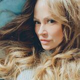 Weniger Bronzer, dickere Augenbrauen und ein natürlicher Blondton – mit 49 Jahren setzt Jenny Elvers auf einen natürlicheren Look und sieht damit besser aus denn je.