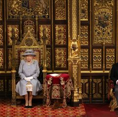 """Es ist eine Zeremonie auf Distanz – das Parlament muss sich an die geltenden Coronaregeln halten. Und so sitzt Queen Elizabeth alleine, Charles und Camilla dürfen wenige Meter entfernt Platz nehmen. In den vergangenen Jahren saß derPrinz von Walesauf dem Thron des königlichen Gemahls, in diesem Jahr müssen er und Ehefrau Camilla mit sogenannten """"Staatsstühlen"""" Vorlieb nehmen."""