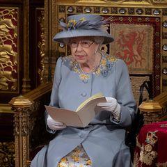 """Queen Elizabeth hält ihre traditionelle Rede: """"The Queen's Speech"""". Das Besondere: Die Rede ist nicht von der Monarchin, sondernvon der Regierung verfasst. Sie enthält einen Überblick über die Politik und Gesetzgebungsvorschläge für die neue Parlamentssitzung. In diesem Jahr betontQueen Elizabeth, dass es eineder ersten großen Aufgabe sein wird,das Land """"stärker, gesünder und wohlhabender als zuvor"""" zu gestalten."""