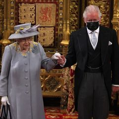Die Monarchin wird wie in den letzten Jahrenvon ihrem ältesten Sohn Prinz Charles und dessen Ehefrau, Herzogin Camilla, zur Eröffnung des Parlaments begleitet. Auffällig: Alle Teilnehmer:innen tragen Mundschutz – außer Queen Elizabeth. Womöglich, weil die Königin bereits zweimal gegen das Coronavirus geimpft wurde.