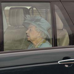 """11. Mai 2021  Es ist soweit: Queen Elizabeth nimmt ihren ersten öffentlichen Termin seit der Trauerfeier für ihren Ehemann Prinz Philip,†99, wahr. Anders als in den vergangenen Jahren, wird die Monarchin nicht mit einer Kutsche, sondern mit dem Auto zum Westminster-Palast gebracht. Und: Queen Elizabeth verzichtet auf ihre""""Robe of State"""" und trägt stattdessen """"Tageskleidung"""" – ein Kostüm und Hut."""