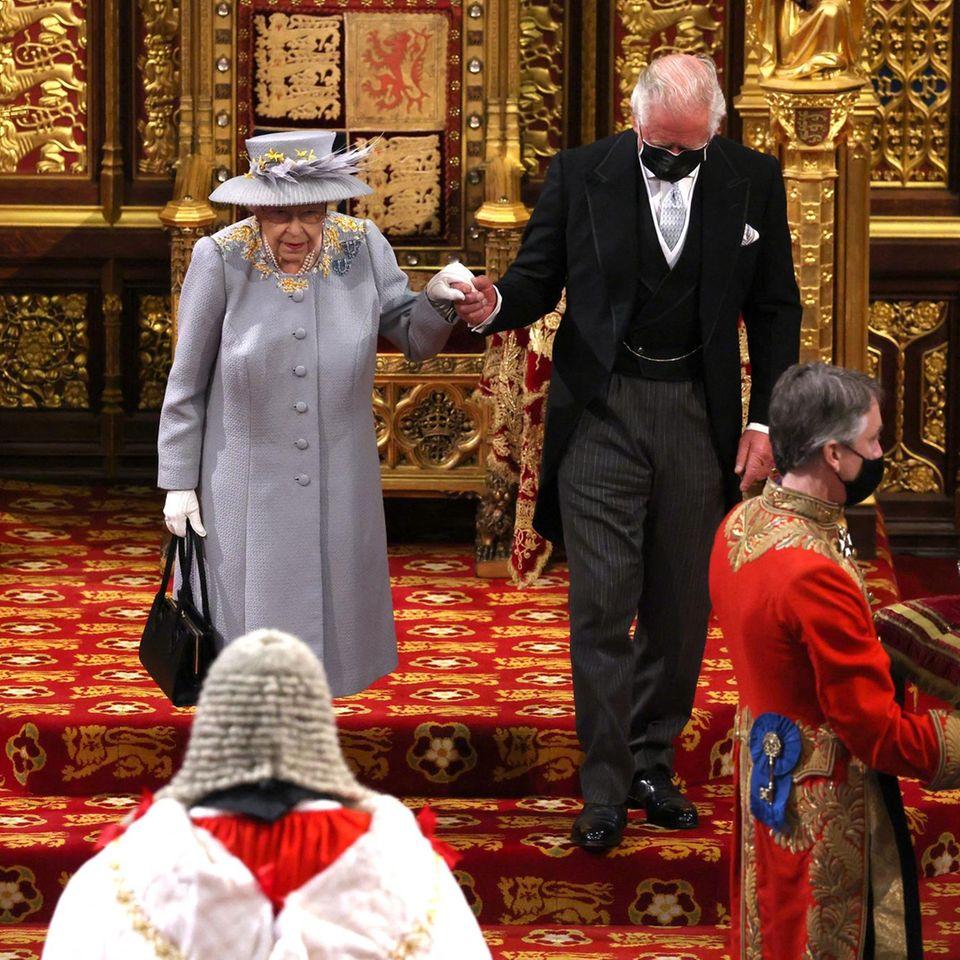 Queen Elizabeth und Prinz Charles bei derEröffnung des britischen Parlaments am 11. Mai 2021.