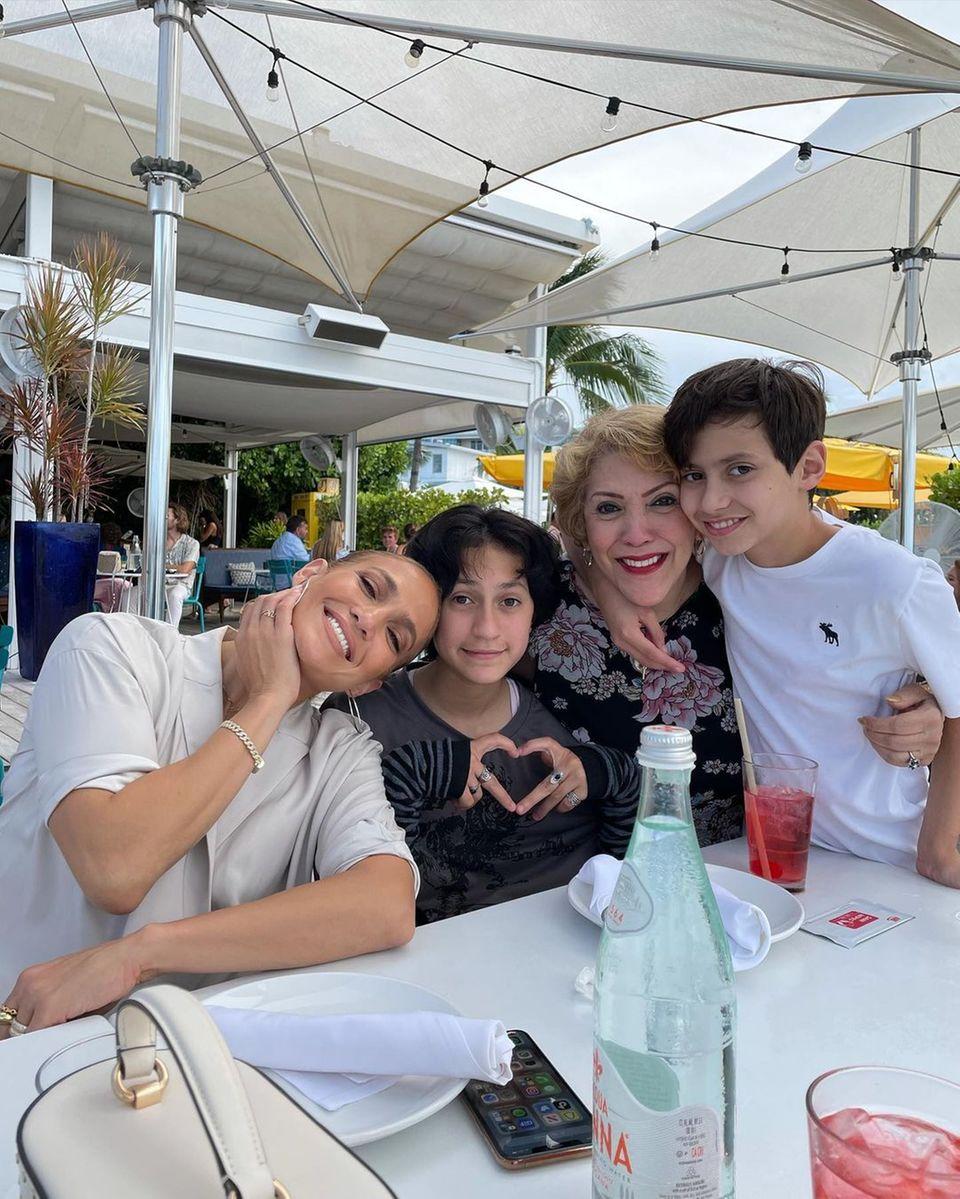 10. Mai 2021  Trotz der Trennung von Alex Rodriguez ist Jennifer Lopez das Lächeln nicht vergangen. Bei lockerer Atmosphäre verbringt sie zusammen mit ihren Zwillingen Emme und Max sowie Mama Guadalupe einen sonnigen Nachmittag.