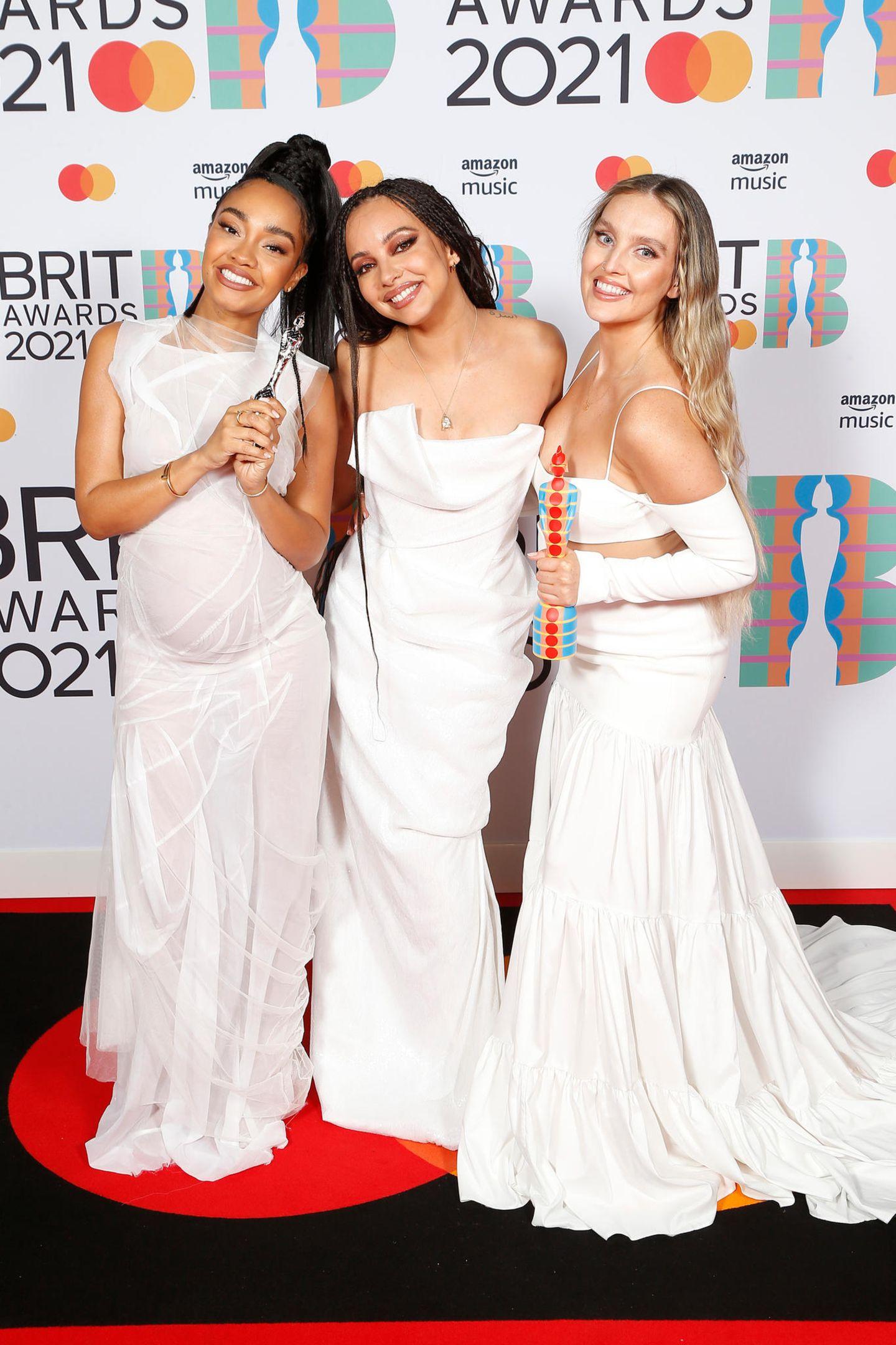 """Die Girl-Band """"Little Mix"""", bestehend ausLeigh-Anne Pinnock, Jade Thirlwall undPerrie Edwards kommen nicht nur im weißen Unschulds-Look daher, zwei der Sängerinnen geben bei den """"BRIT Awards"""" auch ihr Babybauch-Debüt""""."""