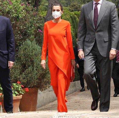 Wow! Königin Letizia zieht in ihrem knalligen Outfit mal wieder alle Blicke auf sich. Bei ihrem auffälligen Look handelt es sich jedoch nicht um eine Designer-Kombi für mehrere Hundert Euro, sondern um einen äußerst stylischen Zweiteiler des spanischen Modegiganten Zara. Letizia weiß einfach, wie man mit High-Street-Teilen für wahre High-Fashion-Momente sorgt.