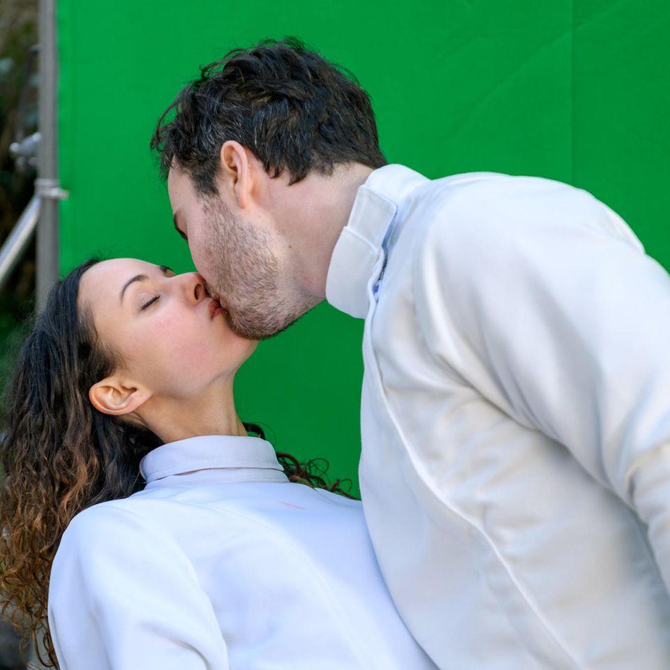 """""""Sturm der Liebe"""":Vanessa (Jeannine Gaspár, l.) und Georg (Robert Herrmanns, r.) küssen sich"""