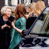 Diese rührende Szene hat sich einige Momente zuvor abgespielt: Überglücklich begrüßt Prinzessin Beatrix ihre Enkelinnen, als diese aus dem Wagen steigen.