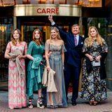 Was ein Glamour-Auftritt, was für eine Freude für Royal-Fans! König Willem-Alexander steht das Glück, die fünf wichtigsten Frauen in seinem Leben an diesem Abend ausführen zu dürfen, ins Gesicht geschrieben. Fröhlich winkt er den Fotografen zu.