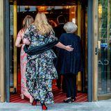 Liebevolle Geste: Prinzessin Amalia geleitet ihre Oma Richtung Konzertsaal.