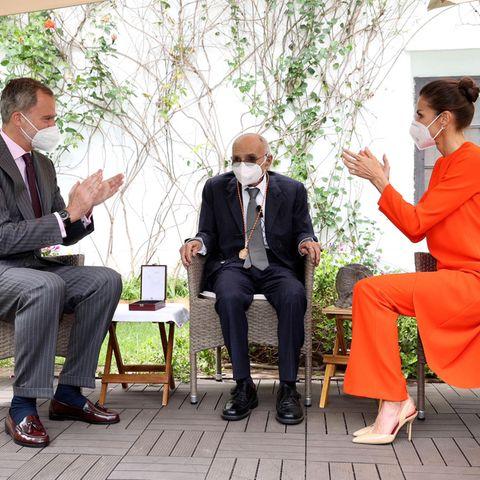Unter tosendem Applaus von König Felipe und Königin Letizia erhält der 88-jährige spanische Dichter den diesjährigen Cervantes-Literaturpreis. Er gilt als die wichtigste literarische Auszeichnung in der spanischsprachigen Welt und ist mit 125.000 Euro dotiert.