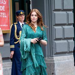 Alexia setzt auf ein Kleid der Marke Maje, das in dunklem Türkisgrün einen tollen Kontrast zu ihren roten Haaren bildet.