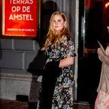 Prinzessin Amalia trägt ein langes Kleid mit floralem Print und Volants von Needle&Thread, dazu schwarze Peeptoe-Pumps.
