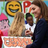 Während ihres Besuchs erhält Herzogin Catherine ein besonderes Geschenk: Es ist ein Bild, auf dem der Name George im coolen Graffiti-Style geschrieben ist. Ein Präsent, über das sich Prinz George, das älteste gemeinsame Kind von Catherine und William, bestimmt freuen wird.