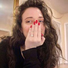 Ein großer Diamant-Ring funkelt jetzt an der Hand der Verliebten, und mit dem leuchtend roten Nagellack sieht der noch mal besonders toll aus.