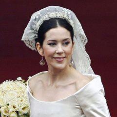 Die neue Prinzessin bezauberte aber nicht nur mit ihrem Brautkleid, sondern besonders mit demSpitzenschleier, den schon Schwiegermutter Königin Margrethe bei ihrer Hochzeit mit Graf Henri 1967 trug. Gehalten wird der Schleier von einer Diamant-Tiara mit Herz- und Lilien-Motiven. Das Diadem ist ein Hochzeitgeschenk der Königin und Prinzgemahl Henri an die Braut, die Geschichte hinter dem royalen Hochkaräter ist allerdings nicht bekannt.