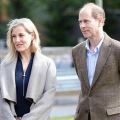 """13. Mai 2021  Gräfin Sophie von Wessex und Prinz Edwardunterhalten sich beim Besuch im """"Frimley Park"""" Krankenhaus mit dem Pflegepersonal am Internationalen Tag der Pflegenden."""