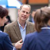 Prinz Edward hört sich interessiert die Geschichten der Pflegerinnen des Frimley Park Krankenhauses an. Die britischen Royals statten den Kliniken des Landes regelmäßig besuche ab und erkunden sich persönlich über die Lage in verschiedenen Einrichtungen.