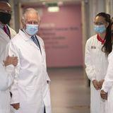 13. Mai 2021  Zeitgleich besucht Prinz CharleseinKrebsforschungszentrums für Brustkrebsforschung in London und kommt dabei gut gelaunt mit den Forscher:innen ins Gespräch. Diese führen ihn durch die Labore des Instituts.