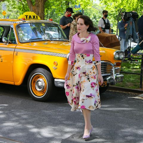 "Bei diesen tollen Farben kommen Frühlingsgefühle auf. Schauspielerin Rachel Brosnahan überquert die Straße am Set zum Film ""The Marvelous Mrs Maisel"" in New York."