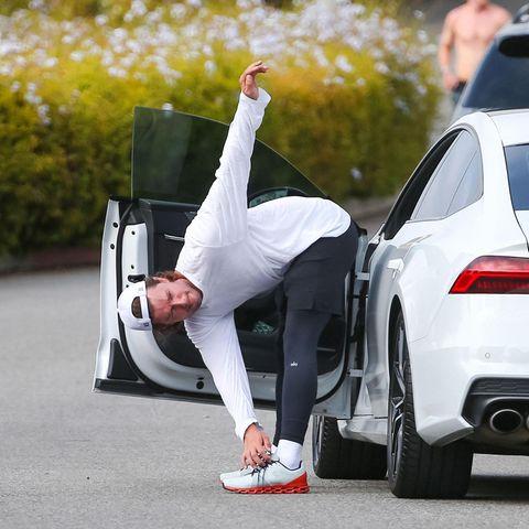 Patrick Schwarzenegger, der älteste Sohn von Arnold Schwarzenegger, nimmt sein Fitnessprogramm ziemlich ernst. Da bleibt noch nicht einmalZeit, um die Tür seines Sportwagens zu schließen. Patrick beginnt lieber gleich mit dem Aufwärmen, bevor er sein Workout mit Freunden fortsetzt.
