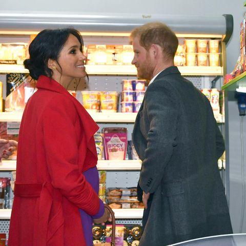 Herzogin Meghan und Prinz Harry, hier bei einem offiziellen Besuch eines Supermarktes 2019.