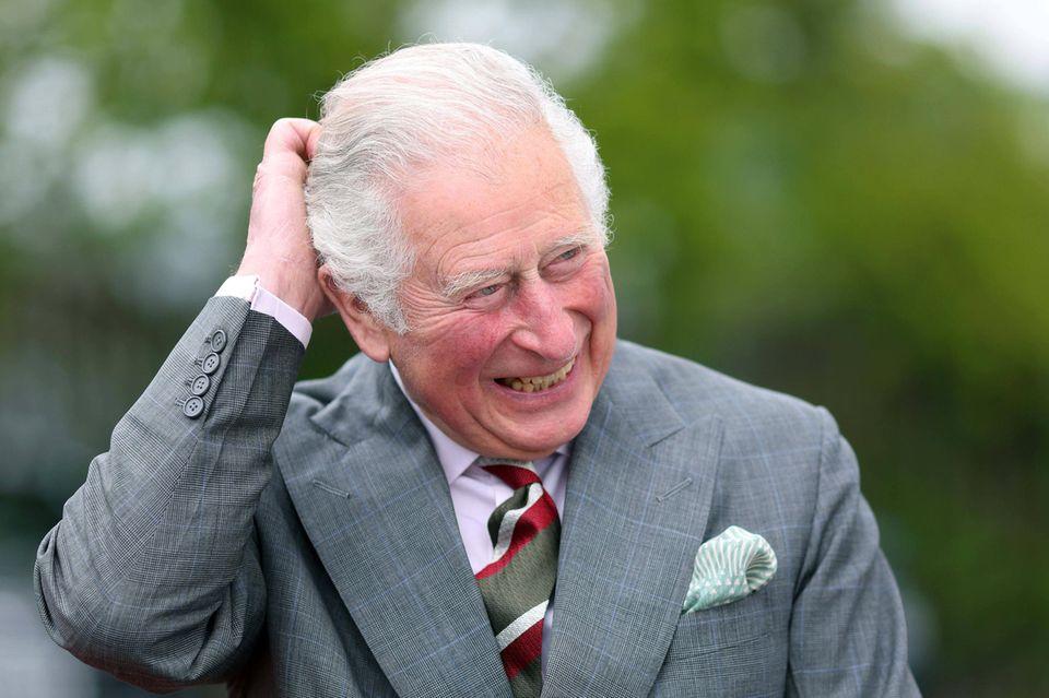 14. Mai 2021  Dies ist der erster Auftritt von Prinz Charles nach Harrys kritischem Podcast. Der Thronfolger lässt sich seine Stimmung jedoch nicht verderben und tritt bei seinem Besuch in Walessichtlich fröhlich vor die Kameras.