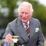 Prinz Charles wird bei seinem Besuch der BCB International in Wales herzlich mit einer Tasse Tee empfangen.Gut gelaunt wird der Prince of Wales über das Gelände geführt.