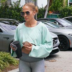 Nach dem Turtel-Trip mit Ben Affleck ist Jennifer Lopez zurück im Fitnessstudio und dabei heißer denn je. In knallengen Leggings arbeitet sie an ihrem Traumkörper. Dabei entzückt vor allem eins.