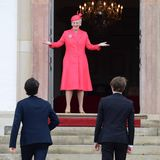 Königin Margrethe begrüßt fröhlich zwei ihrerEnkel am Eingang zur Kirche. Für die Konfirmation von Prinz Christian zeigt sie sich in farbenfrohem Pink.