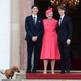 Arm in Arm posiert Königin Margrethe mit Prinz Nikolai und Prinz Felix – den Cousins des Konfirmanden. Und noch jemand hat sich auf das Bild geschmuggelt: Auch Dackel-Dame Tillia begleitet die royale Familie zum Gottesdienst in die Kirche.