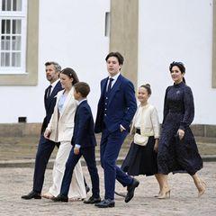 Für seine Konfirmation trägt Prinz Christian einen Anzug in royalem Blau. Auch Papa Frederik und Bruder Vincent erscheinen in ähnlichen Zweiteilern. Mama Mary wählt am Tag der Konfirmation von Prinz Christian ein hochgeschlossenes dunkelblaues Kleid mit weißen Punkten. Ein Muster, das sich auch im Rock vonJosephine widerspiegelt. Eine weiße Bluse und ein cremefarbener Blazer rundenden Look der jungen Prinzessin ab. Für ein cremefarbenes Ensemble entscheidet sich auch Prinzessin Isabella.