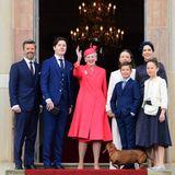 Kurz vor dem Gottesdienst rund um die Konfirmation von Prinz Christian winkt und lächelt die dänische Königsfamilie noch einmal für die Fotografen. Danach schließen sich voerst die Türen der Kirche auf Schloss Fredensborg.