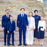 Welch ein schönes Familienfoto! Vor der Treppe zum Kircheneingang posiert die dänische Königsfamilie noch einmal für die Fotografen. In ihrer Mitte steht Prinz Christian, der stolz und selbstbewusst in die Kameralinse schaut. Die aufeinander abgestimmten Looks untermalen den starken Familienzusammenhalt auch optisch.