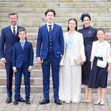 Aber nicht nur Mary setzt auf die elegante Farbe. Sie scheint sich mit ihrem Ehemann, Kromprinz Frederik, und ihren Kindern abgesprochen zu haben. Sie alle greifen an diesem Tag zu Outfits in Dunkelblau und setzen maximal Akzente in Cremeweiß – und geben damit ein wirklich tolles Bild ab.