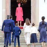 Mit einem strahlenden Lächeln empfängt Königin Margrethe ihren Enkel und Konfirmanden sowie seine Familie vor der Schlosskirche.