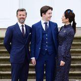 In den Armen seiner Eltern lässtsich der frisch konfirmierte Prinz Christian feiern. Der Stolz über ihren heranwachsenden Sohn ist Prinzessin Mary deutlich anzusehen.