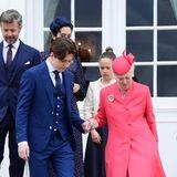 Beim Herabsteigen der Treppenstufen stützt Prinz Christian ganz selbstverständlich seine Oma, die Königin von Dänemark und reicht ihr seine Hand. Eine liebevolle Geste, diedie engen Familienbande nochmals aufzeigt.