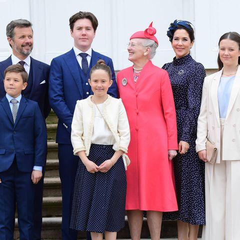 Im Kreise der engsten Familie und Freunde darf sich Prinz Christian nun die Gratulationen zur Konfirmation abholen. Und sicherlich wartet im Schlossinneren auch eine kleine Stärkung auf ihn und seine Gäste.