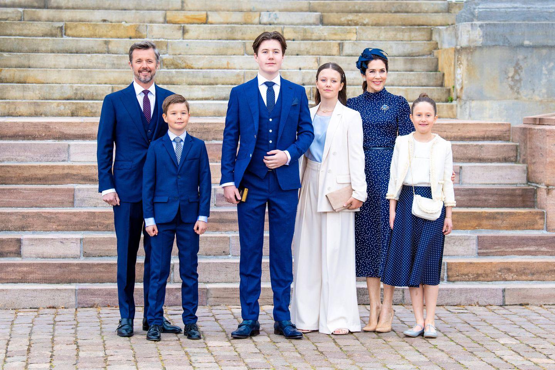 15. Mai 2021  Stolz zeigt sich Prinz Christian am Tag seiner Konfirmation vor der Schlosskirche Fredensborg. Die gesamte königliche Familie hat sich zu diesem Anlass schick gemacht und trägt royales Blau sowie edle Cremetöne. Neben den Eltern des Prinzen, Prinz Frederik und Prinzessin Mary sind natürlich auch die jüngeren Geschwister des Konfirmanden bei diesem besonderen Moment dabei: Prinz Vincent, Prinzessin Isabella und Prinzessin Josephine.