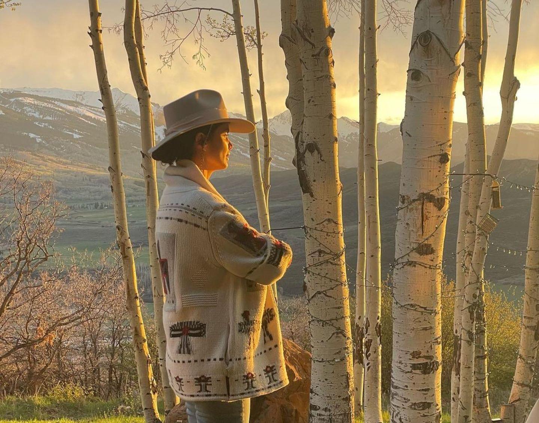Malerische Grüße aus Aspen sendet Shermine Shahrivar ihren Fans auf Instagram. Eingekuschelt in einen Poncho und mit einem Cowboyhut auf dem Kopf schaut sie sich das einzigartige Lichterspiel der Natur an. Wunderschöne Erinnerungen, die sich garantiert in ihr Gedächtnis einbrennen werden.