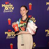 """Victoria Pedretti freut sich über ihren Preis für die beste Grusel-Performance in der Serie """"Spuk in Bly Manor"""", wir über ihren ungewöhnlich Hingucker-Style."""