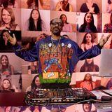 Snoop Dogg gibt den Show-DJ und zeigt dabei auch gleich noch seinen eigenenCartoon-Hoodie.